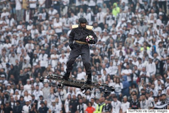 포르투갈에서 축구 심판에게 공을 전달하는 미래적인
