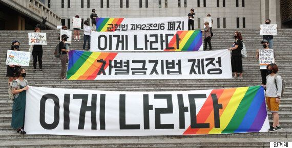 문재인 대통령은 '인권위 권고 수용'을 지시했다. 인권위는 군형법 92조6 폐지를 꾸준히