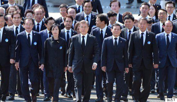 어제 문대통령과 '민주의 문'을 통과한 사람들의