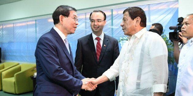 아세안(ASEAN) 특사로 필리핀을 방문 중인 박원순 서울시장이 22일 다바오시에서 로드리고 두테르테 필리핀 대통령을 예방, 악수하고
