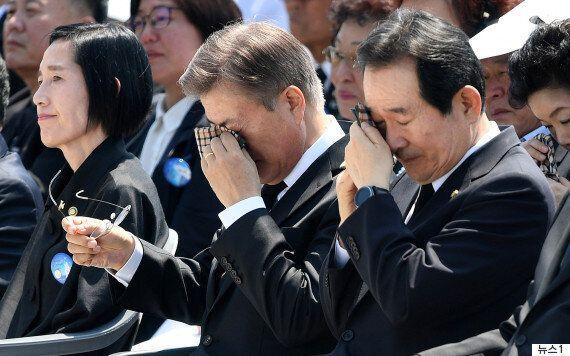 문재인 대통령이 5·18 광주민주화운동 희생자 유족에게 다가가 포옹을 나눴다