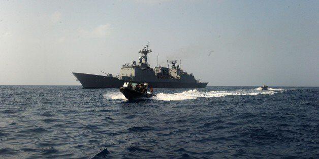 2017년 4월20일(현지시간) 아덴만에서 청해부대 23진 검문검색대원들이 최영함에서 영국 몬머스함으로 RIB(Rapid Inflatable Boat)을 타고 출동하고 있다. 한미일...
