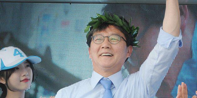 유승민 바른정당 대선후보가 7일 오후 대구 중구 동성로 대구백화점 광장에서 열린 유세에서 월계관을 쓰고 손을 들고