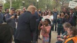 한 아이가 트럼프로 변장한 사람에 외친 한