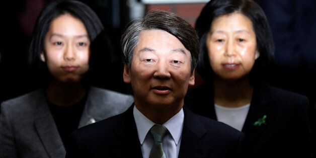 Ahn Cheol-soo, the presidential candidate of the People's Party, his wife Kim Mi-kyung and daughter Ahn...