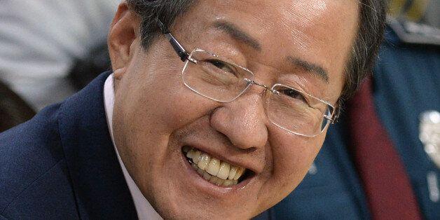 홍준표 자유한국당 대선 후보가 3일 오후 서울 마포구 홍익지구대를 방문해 경찰 관계자들과 대화를 나누며 웃음짓고