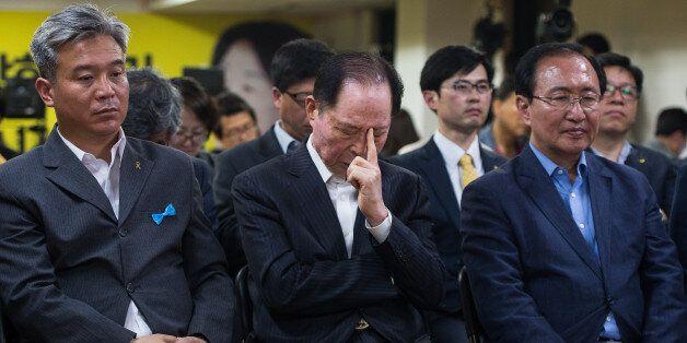 권영길 전 민주노동당 대표가 9일 서울 여의도 정의당 제2당사에서 제19대 대통령선거 개표방송 출구조사를 지켜보던 중 생각에 잠겨
