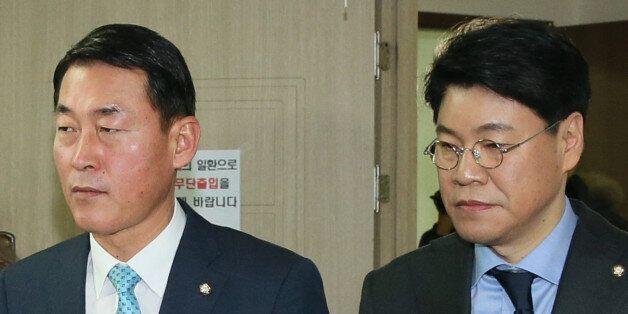 새누리당 황영철, 장제원 의원이 27일 서울 여의도 당사 조직국에서 탈당신고서를 제출하고 있다. 이날 새누리당 비박계 의원 29명은 탈당을 선언했다.
