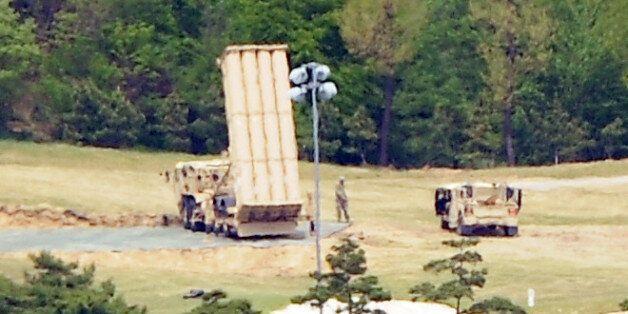 2일 오후 경북 성주군 초전면 성주골프장에 배치된 사드(THAAD·고고도미사일방어체계) 주위에 미군이 움직이고 있다. 군