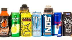 미국의 십대가 에너지 드링크를 마시고
