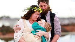 결혼식에서 아기에게 수유를 하는 신부들