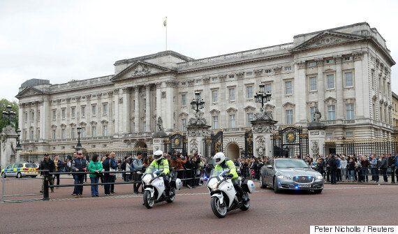 영국 왕실 소속 직원들이 버킹엄 궁에 '긴급