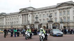 영국 왕실 직원들이 버킹엄 궁에 '긴급