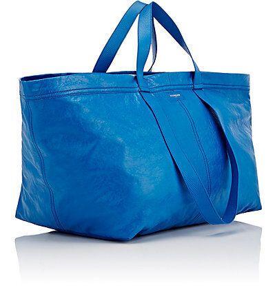 사람들이 99센트 이케아 쇼핑 가방으로 모든 종류의 옷을 만들고