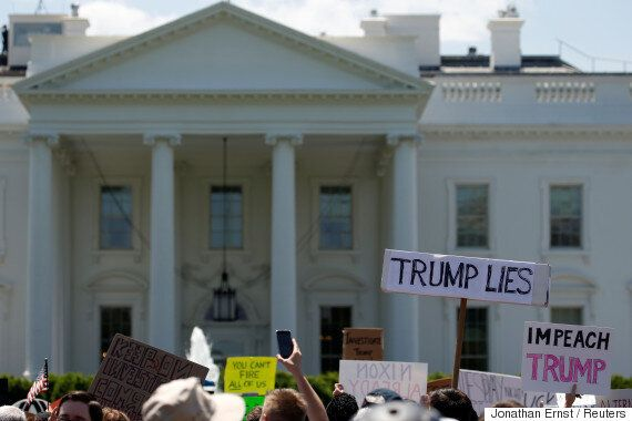 도박사이트에서 '트럼프 탄핵확률'이 60%로 급등했다. FBI 국장 해임