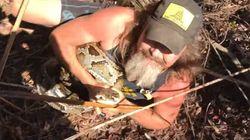 한 남성이 맨손으로 5m 길이 비단뱀을