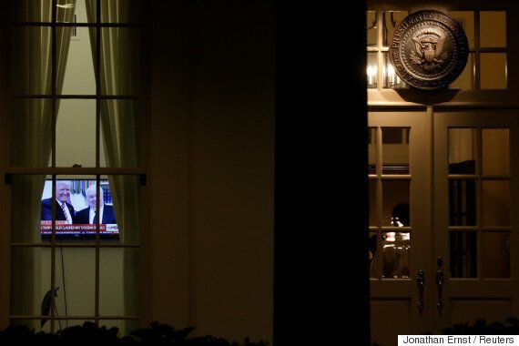 백악관의 그 누구도 트럼프가 러시아에 '고급 기밀'을 유출했다는 보도를 반박하지