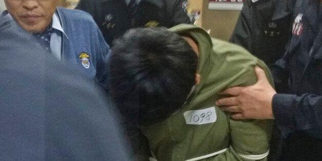 희대의 다단계 사기범 조희팔로부터 10억원을 받아 은닉한 혐의를 받고 있는 조희팔의 아들이 7일 오전 40여분간의 구속전 피의자심문(영장실질심사)을 받고 법정을 나오고 있다.