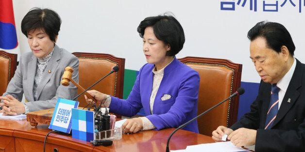 추미애 더불어민주당 대표가 15일 서울 여의도 국회에서 열린 최고위원회의서 의사봉을 두드리며 회의 시작을 알리고