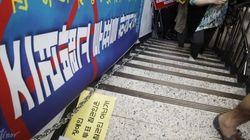 대선 사전투표 날, 장애인은 계단을 기어 올라가