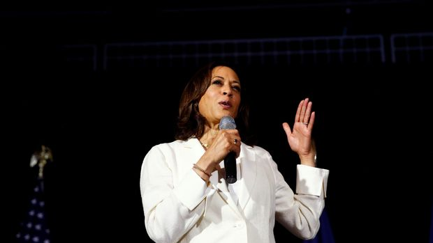 2020 Democratic U.S. presidential candidate and U.S. Senator Kamala Harris (D-CA) attends a health care roundtable at the Loft at the First United Methodist Church in Burlington, Iowa, U.S., August 12, 2019. REUTERS/Eric Thayer