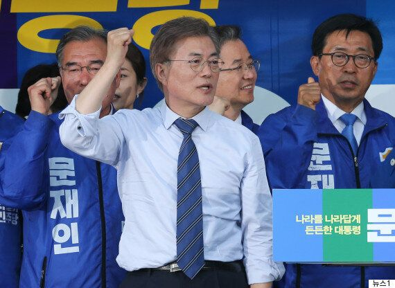 문재인, 국정교과서 폐지·'임을 위한 행진곡' 제창