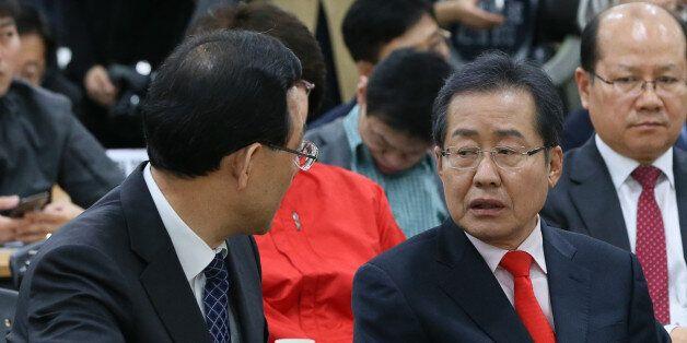홍준표 자유한국당 대선 후보와 주호영 바른정당 원내대표가 13일 서울 여의도 이룸센터에서 한국장애인단체 총연합회 주최로 열린 '2017 대선 장애인연대 공약 선포식'에서 대화를 하고