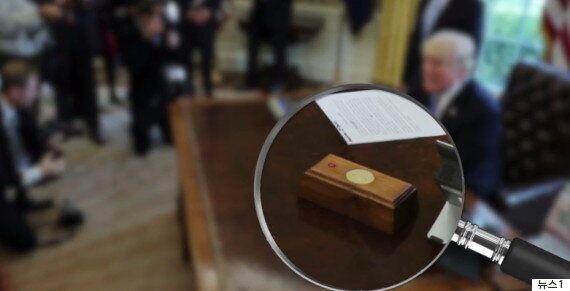 도널드 트럼프 대통령의 책상 위에 놓인 빨간 버튼의 놀라운
