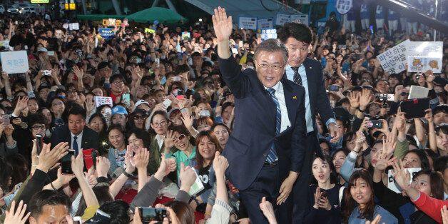 문재인 더불어민주당 대선후보가 27일 오후 성남 야탑역에서 집중유세를 벌였다. 문 후보가 지지자들과 인사하고