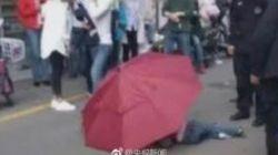 한 어린이가 우산을 낙하산처럼 이용해 10층에서