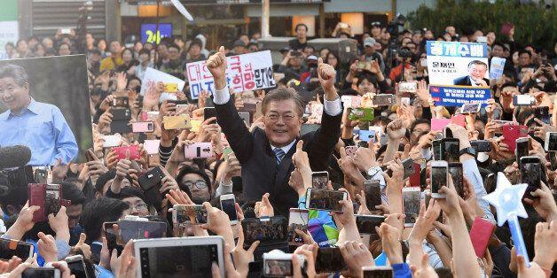 더불어민주당 문재인 대선 후보가 27일 오후 경기도 성남시 야탑역 광장에서 열린 집중유세에서 지지자들과 인사하고