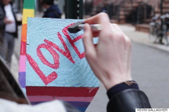 뉴욕에 게이 스트리트에 십자가가 등장했고, 곧 아름다운 일이