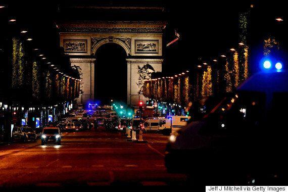 프랑스 파리 샹젤리제 거리 테러범의 차에서 발견된