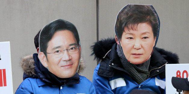 서울 강남구 대치동 박영수 특별검사 사무실 앞에서 정의당 당원들이 이 부회장과 박근혜 대통령을 풍자하는 퍼포먼스를 하고 있다.
