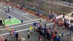 마라톤 대회 중 행인들이 길을 건너는