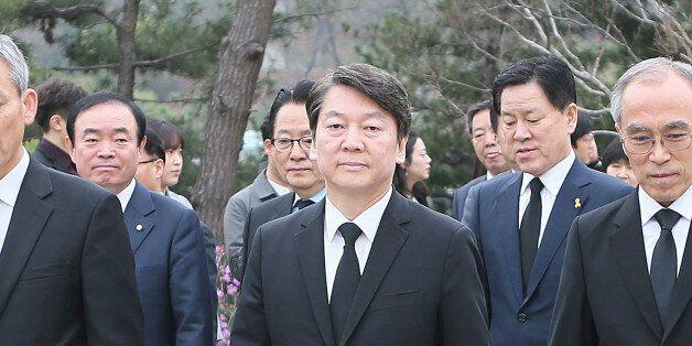 안철수 국민의당 대선 후보가 5일 오전 동작구 국립서울현충원에서 김영삼 전 대통령 묘역 참배를 위해 이동 하고