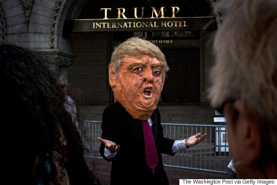 도널드 트럼프는 '소득세 납부내역 공개' 시위가 '돈 주고 시킨 것'이라고