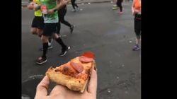 한 남성이 마라톤 선수들에게 준