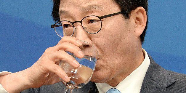 유승민 바른정당 대선후보가 21일 오전 서울 여의도 마리나클럽에서 열린 한국방송기자클럽 초청 토론회에서 목을 축이고
