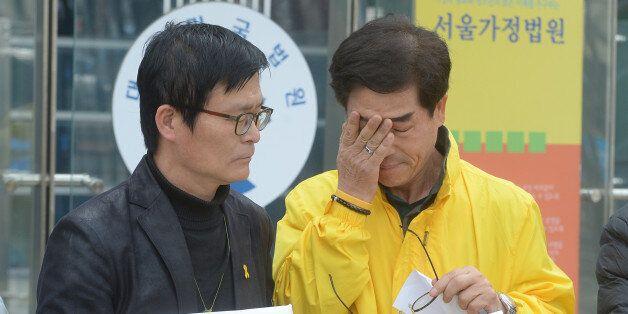 지난 30일 서울 서초구 서울행정법원 앞에서 세월호 희생자 김초원 선생님 아버지가 '세월호 참사에서 희생된 기간제교사의 순직 인정'을 요구하는 기자회견에서 눈물을 흘리고 있다.