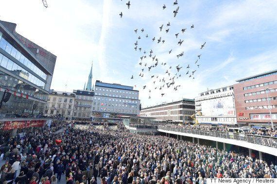 [화보] '트럭 돌진' 테러공격에 스웨덴이 꽃으로 사랑과 연대의 메시지를