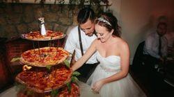 결혼식에서 웨딩 케이크 대신 피자를