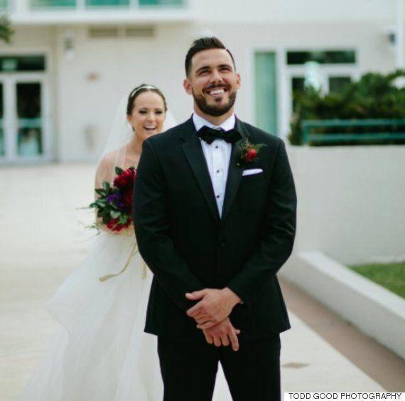 피자를 사랑하는 커플이 결혼식에서 웨딩 케이크 대신 피자를
