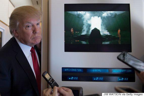 트럼프가 모니터 옆에 섰는데, 우연히 이 장면이