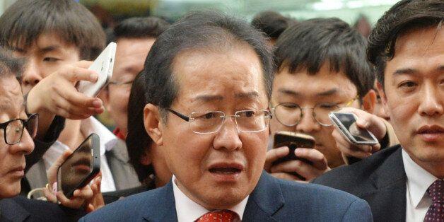 홍준표 자유한국당 대선 후보가 4일 오후 대구 서문시장을 찾아 시민들과 대화를 나누고