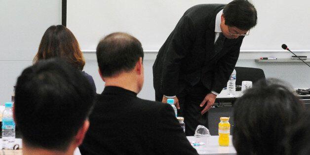 김영석 해양수산부 장관이 3일 오후 실종된 화물선'스텔라 데이지호' 비상대책본부가 마련된 부산 중구 중앙동 폴라리스 쉬핑 부산지사를 찾아 실종자 가족들에게 고개 숙여 인사를 하고