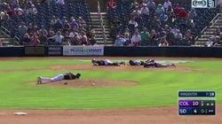 야구 선수들이 경기 중 땅에 엎드려야 했던