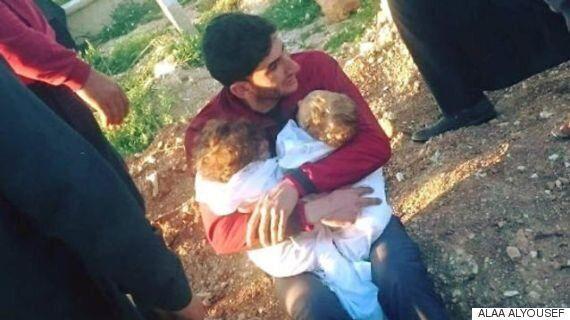 시리아 아버지가 화학무기 공격으로 죽은 쌍둥이 아기들을