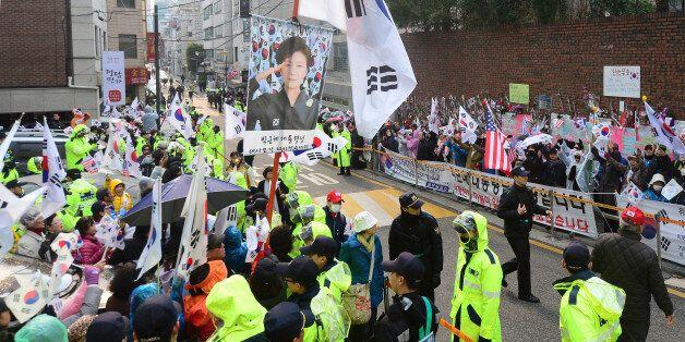 구속영장이 청구된 오늘, 박근혜 집 앞에는 '격앙된' 지지자 200명이