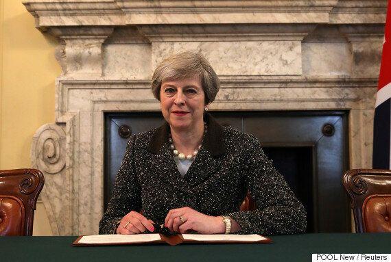 테레사 메이 영국 총리가 브렉시트를 개시하는 역사적 서한에